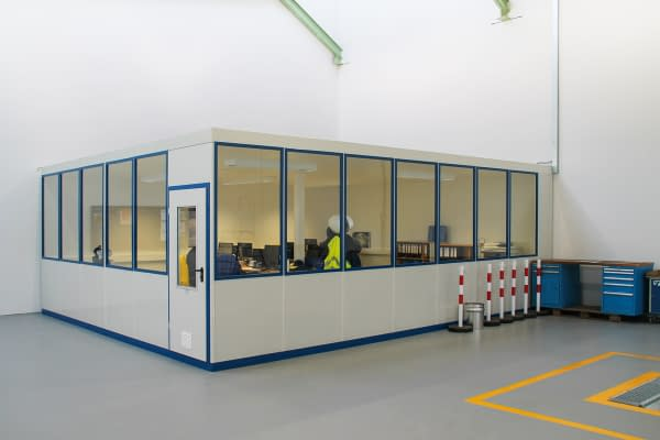 Room system with plenty of glass surface for additional workplaces